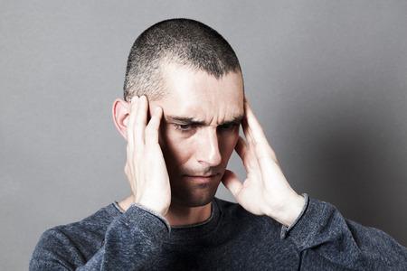 dolor de oido: el ruido y el concepto de audiencia - hombre joven del trastorno que sufre de dolor de oídos o dolor de cabeza, cubriendo las sienes para el dolor, efectos de contraste