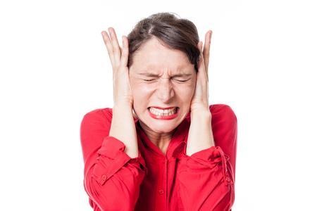 nerveux: le bruit et le concept d'audition - bandé jeune femme grincements de dents, couvrant ses oreilles de refuser l'écoute de problèmes ou de stress, fond blanc