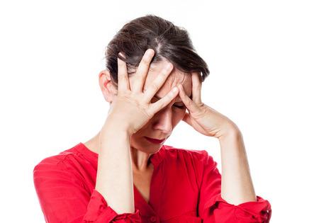 mujer triste: la depresi�n concepto - atormentado joven tocando la frente con ansiedad por dolor de cabeza, depresi�n o desesperaci�n, estudio de fondo blanco Foto de archivo