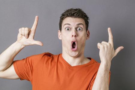 falta de respeto: cultura juvenil concepto - hombre joven sorprendido con los ojos abiertos para LOL gesto de la mano para expresar la falta de respeto tonto, tiro del estudio