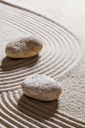 paz interior: la arena todav�a del zen vida - piedras colocadas en l�neas sinuosas para el concepto de cambio o separaci�n con la paz interior