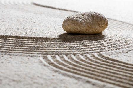 paz interior: -single piedra zen de arena naturaleza muerta en ondas sinuosas para el concepto de spa de belleza o la espiritualidad con la paz interior