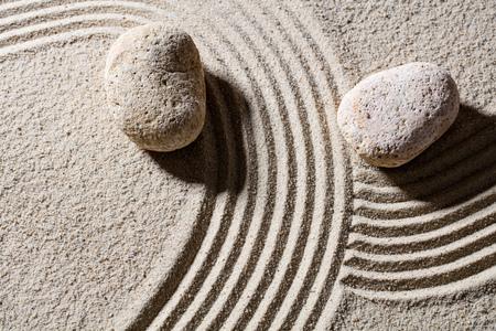paz interior: Zen arena naturaleza muerta - dos piedras a través de líneas para dar diferentes direcciones para el concepto de cambio o la flexibilidad con la paz, la vista superior