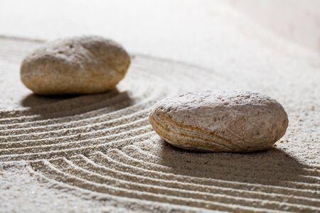 paz interior: arena zen naturaleza muerta - guijarros y las ondas sinuosas para el concepto de spa de belleza o la espiritualidad con la paz interior con textura