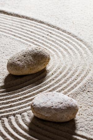 paz interior: la arena todavía del zen vida - piedras textura establecidos en ondas sinuosas para el concepto de cambio o la flexibilidad de paz interior, de cerca Foto de archivo