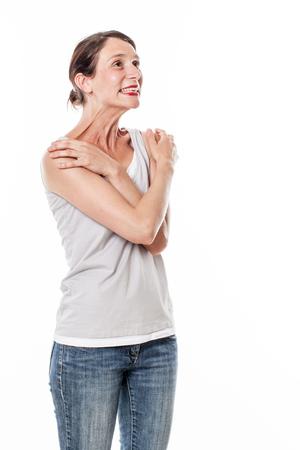 diversión emociones - Risa de la mujer joven que expresa el placer, la alegría y el bienestar con el lenguaje corporal reconfortante, estudio de fondo blanco