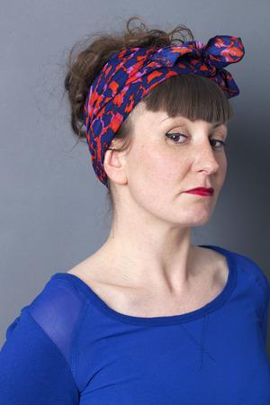arrogancia: orgullo y la arrogancia - ofendido mujer retro estilo que expresa su desacuerdo, fondo gris estudio