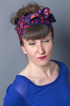 falta de respeto: orgullo y la arrogancia - Gui�o de la mujer de estilo retro que expresa su falta de respeto y actitud con su cara, fondo gris estudio Foto de archivo