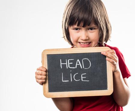 piojos: chico joven furiosa muestran una tablilla en la escuela como un escudo contra los piojos de la cabeza para la lucha ni�o en edad preescolar de la salud, estudio de fondo blanco