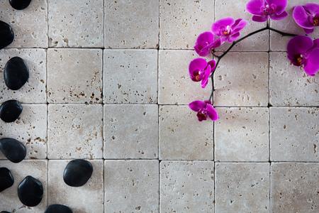 la belleza del balneario fondo de pantalla con el Feng Shui masaje guijarros negro y orquídeas rosadas hermosas establecidos en el fondo de piedra caliza natural para el espacio de la copia, en plano, vista desde arriba