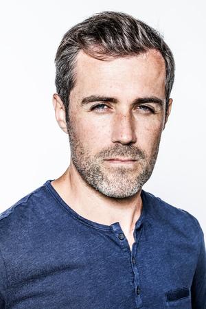 irrespeto: retrato de un hombre joven con barba y guapo mirando arrogante con los ojos azules, que expresa la culpa o la superioridad o el miedo, aislado sobre fondo blanco