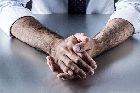 paciencia: relajados político o negocios manos establecen en el escritorio, escuchando, expresando el autocontrol, la calma o la paciencia en una reunión o entrevista de trabajo