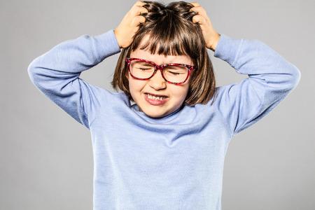 眼鏡のかゆみを伴うアレルギーまたはシラミの彼女の髪を引っ張るか、または神経の不一致は、灰色の背景の彼女の頭部を傷付けるとイライラして 6