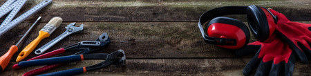 panneau de bannière en bois vintage avec outils de bricolage, de construction ou d'entretien et équipement de sécurité pour le travail du bois, la menuiserie ou le travail de bricoleur Banque d'images