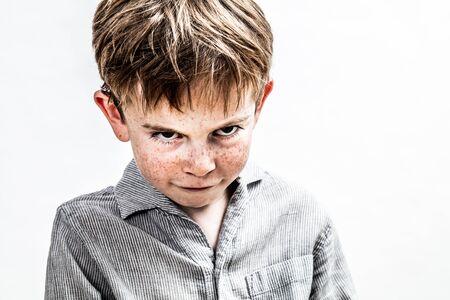 ragazzo bullo medio che esprime vendetta spaventosa, ritorsione o problema di atteggiamento oscuro con sguardo sporco e linguaggio del ragazzo offeso, sfondo bianco isolato