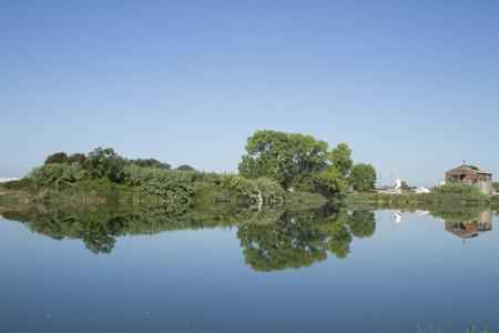 Lago in toscana con riflesso in giornata nitida