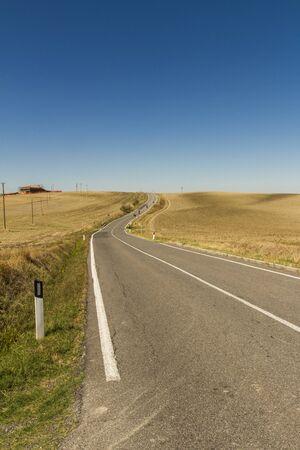 strada in mezzo alla campagna toscana