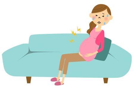 Une femme enceinte est entrée en travail Banque d'images - 64425566