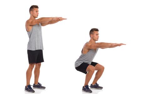 Muskularny mężczyzna pokazując squat ćwiczenia, widok z boku, krok po kroku. Pełna długość studio strzał na białym tle. Zdjęcie Seryjne
