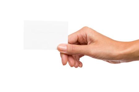 terra arrendada: Close-up da mão da mulher que prende o cartão branco em branco. Tiro do estúdio isolado no branco.