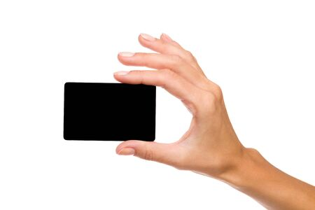 mujer sola: Cerca de la mano de la mujer que sostiene la tarjeta en blanco negro. Tiro del estudio aislado en blanco.