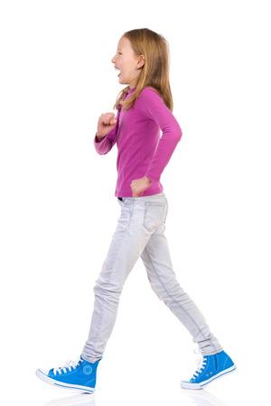 사춘기 소녀, 사이드 뷰를 산책. 전체 길이 스튜디오 샷 화이트에 격리입니다.