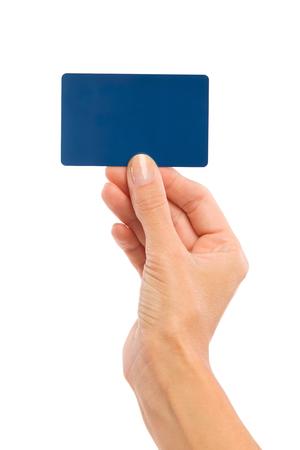 cogidos de la mano: Cerca de la mano de la mujer que sostiene la tarjeta en blanco azul. Tiro del estudio aislado en blanco.