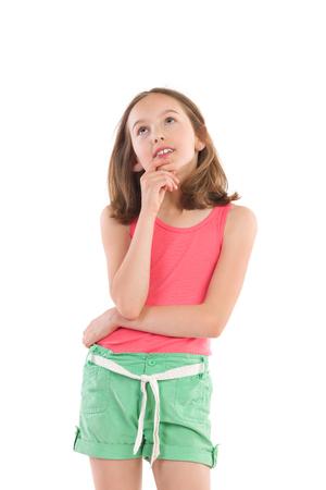 올려 턱에 손으로 잠겨있는 소녀. 3 분기 길이 스튜디오에 격리 된 흰색을 쐈 어.