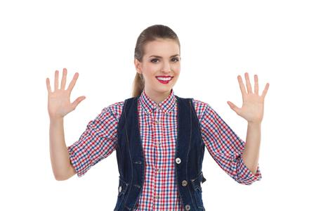아름 다운 웃는 소녀 10 손가락을 게재합니다. 3 분기 길이 스튜디오에 격리 된 흰색을 쐈 어.