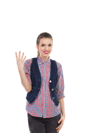 4 개의 손가락을 보여주는 아름 다운 웃는 소녀. 3 분기 길이 스튜디오에 격리 된 흰색을 쐈 어.