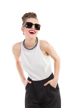 유행 여자 선글라스에 웃 고. 3 분기 길이 스튜디오에 격리 된 흰색을 쐈 어. 스톡 콘텐츠