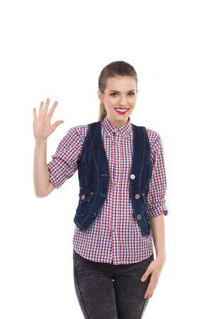 다섯 손가락을 보여주는 아름 다운 웃는 소녀. 3 분기 길이 스튜디오에 격리 된 흰색을 쐈 어.