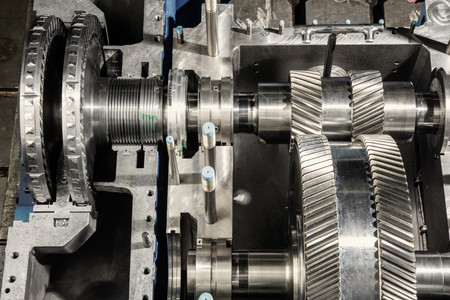 turbina de vapor: A part of a small steam turbine. Metal gears. Gear wheels of the engine.
