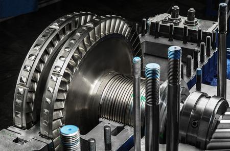 turbina de vapor: Una rueda de una peque�a turbina de vapor.