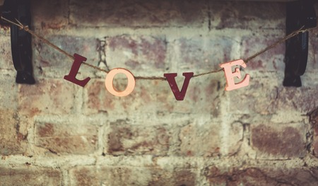 word love against the background of a brick wall Banque d'images