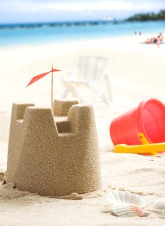 chateau de sable: Ch�teau de sable sur les gens de plage et la mer en arri�re-plan