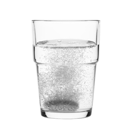 Fizzy tablet in glass of water isolated on white Standard-Bild