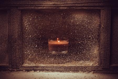 luz natural: la ventana de invierno Helada. Una luz de las velas