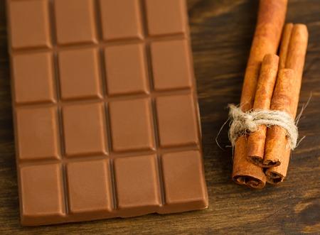 chocolate and cinnamon sticks on wooden background Standard-Bild