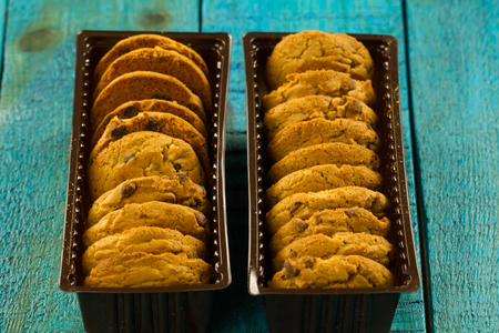 Chocolate chip cookies on an old vintage turquoise wooden background. Standard-Bild