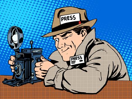 Macchina fotografica: Fotografo paparazzi al lavoro stampa supporto della fotocamera. Il reporter guarda le immagini. retrò stile pop art