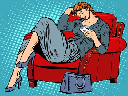 arte moderno: La señora de la silla se ve el estilo del arte pop retro teléfono inteligente. Negocios que buscan en la pantalla del teléfono. La tecnología moderna y aparatos
