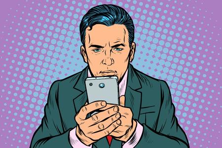 człowiek patrzy na smartfona. Pop-art retro wektor ilustracja vintage kicz
