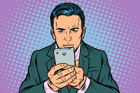 Mann schaut auf das Smartphone. Pop-Art Retro-Vektor-Illustration Vintage-Kitsch