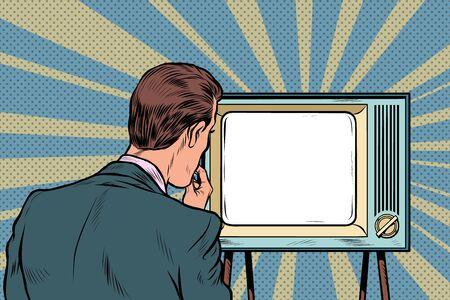 espectador masculino viendo la televisión. Propaganda televisiva, cine y noticias