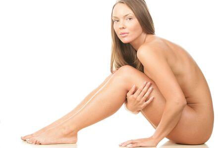 mujer desnuda sentada: Retrato de joven bella morena aisladas sobre fondo blanco Foto de archivo