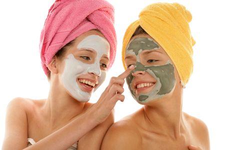 hair spa: Dos adolescentes aplicar crema facial aisladas sobre fondo blanco