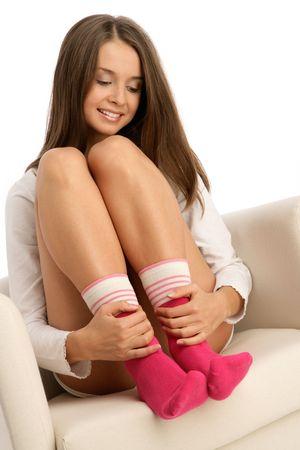 pies bonitos: Mujer joven llevaba calcetines sentado en el sill�n