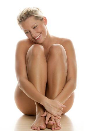 mujer desnuda: Joven desnuda sentado aislado sobre fondo blanco Foto de archivo