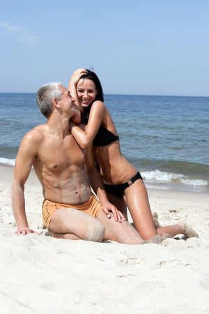 mujer arrodillada: Medio de a�os par kneeing en la playa Foto de archivo